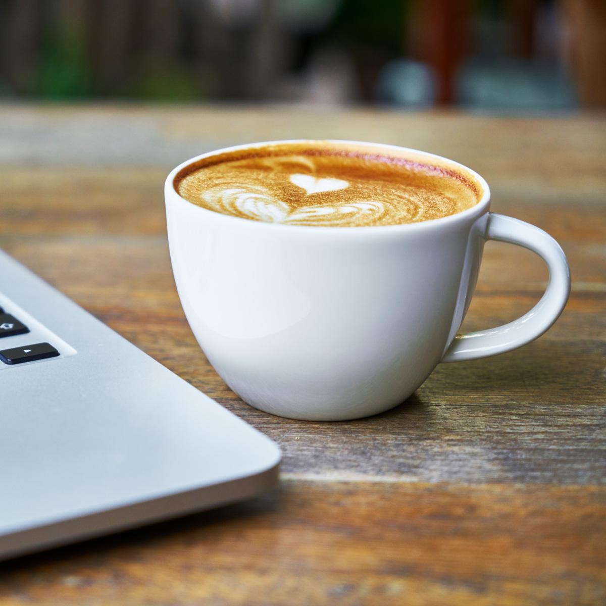 Computer mit Kaffee - Webdesign Berlin - Devcode